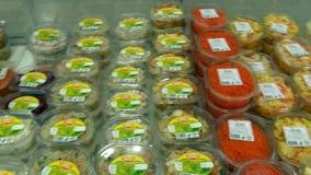 Salades en andere voedingsmiddelen op storefront van supermarkten stock video