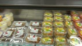 Salades en andere voedingsmiddelen op storefront van supermarkten stock footage