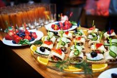 Salades et pain d'apéritifs Photos libres de droits
