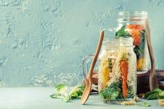Salades in metselaarkruiken Royalty-vrije Stock Foto