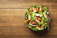 Saladesla met kip en tomaat stock fotografie
