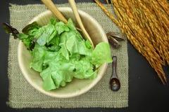 Saladevoedsel met oor van rijst op de achtergrond van het juteleer Stock Foto's