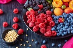 Saladon de la fruta y de las bayas una placa imágenes de archivo libres de regalías