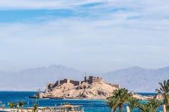 Salah El Din Citadel forte militare antica su una piccola isola sulle rive del Mar Rosso in Sinai fotografie stock