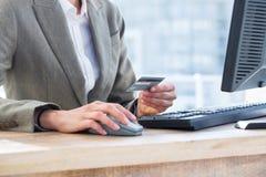 Salaire d'homme d'affaires avec sa voiture de crédit sur l'Internet image libre de droits