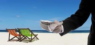 Salaire d'homme d'affaires pour le loyer la plage Photographie stock libre de droits