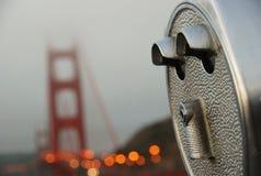 Salaire de golden gate bridge par jumelles de vue Images stock