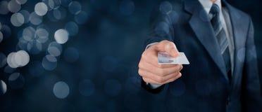 Salaire par la carte de crédit image stock