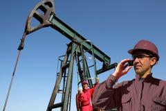 Salaires de travailleur de gisement de pétrole Images stock