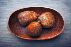 Salak или плодоовощ змейки в деревянной плите Стоковое Изображение RF