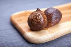Salak o frutta del serpente in un bordo di legno fotografie stock