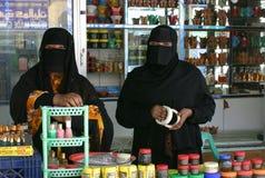 Två omani ladys som säljer frankincense i salalah Arkivfoto