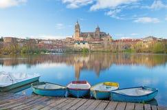 Salamanca - die Kathedrale und die Brücke Puente Enrique Estevan Avda und der Rio Tormes-Fluss Stockfotos