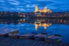 Salamanca - die Kathedrale und die Brücke Puente Enrique Estevan Avda und der Rio Tormes-Fluss an der Dämmerung Stockfotografie