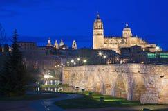 SALAMANCA, ESPAÑA, 2016: El romano de Puente de la catedral y del puente sobre el río de Rio Tormes en la oscuridad Foto de archivo