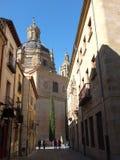 Salamanca-Kathedrale durch die Nebenstraßen Stockbild