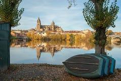 Salamanca-Kathedrale reflektiert in Rio Tormes Lizenzfreies Stockfoto