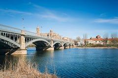 Salamanca mit Fluss und Kathedrale Tormes Olivenölseife und Leon, Badekurort Stockfotografie