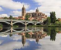 Salamanca reflekterade gamla och nya Cathedrales på den Tormes floden Royaltyfri Fotografi