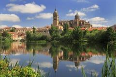Salamanca reflekterade gamla och nya Cathedrales på den Tormes floden Arkivfoto