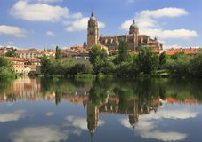 Salamanca reflekterade gamla och nya domkyrkor på den Tormes floden Royaltyfri Foto