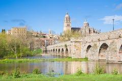 SALAMANCA, SPANIEN: Der Kathedrale und Brücke Puente-Romano über dem Rio Tormes-Fluss Lizenzfreies Stockfoto