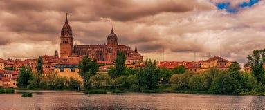Salamanca, Spanien: Die alte Stadt, der neue Kathedralen-, Catedral- Nueva und Tormes-Fluss Stockfotografie