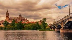 Salamanca, Spanien: Die alte Stadt, der neue Kathedralen-, Catedral- Nueva und Tormes-Fluss Lizenzfreies Stockfoto