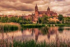 Salamanca, Spanien: Die alte Stadt, der neue Kathedralen-, Catedral- Nueva und Tormes-Fluss Lizenzfreie Stockfotografie