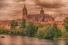 Salamanca, Spanien: Die alte Stadt, der neue Kathedralen-, Catedral- Nueva und Tormes-Fluss Lizenzfreie Stockbilder