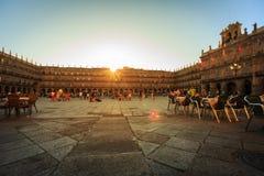 SALAMANCA, SPANIEN - 24. JULI: Ansicht des Piazza-Bürgermeisters von Salamanca im Sonnenuntergang, mit Leuten auf den Terrassen d Stockfoto