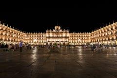 SALAMANCA, SPANIEN - 24. JULI: Ansicht des Piazza-Bürgermeisters von Salamanca-Nacht, mit Leuten auf den Terrassen der Bars herei Lizenzfreies Stockfoto