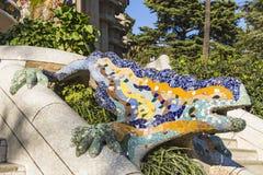 Salamandra colorido do mosaico, conhecida popularmente como o EL Drac o dragão no parque Guell imagem de stock