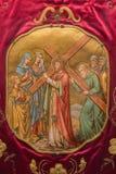 SALAMANQUE, ESPAGNE, AVRIL - 18, 2016 : Le rassemblement de Jésus sa mère La peinture sur le vêtement de cérémonie en Convento de Photos stock