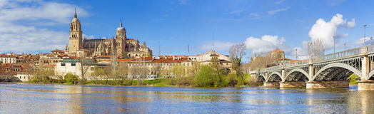Salamanque - la cathédrale et le pont Puente Enrique Estevan Avda et la rivière de Rio Tormes Photo libre de droits