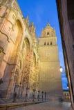 Salamanque - le portail gothique du sud de Catedral Nueva - nouvelle cathédrale au crépuscule Photo stock