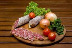 Salame cortado com vegetais Fotografia de Stock Royalty Free