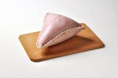 Salame de Cappello del prete dans l'écorce de porc sur la planche à découper Photos stock