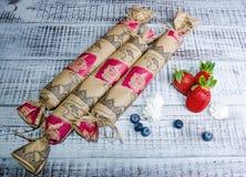 Salame del cioccolato con le fragole ed i mirtilli Fotografia Stock Libera da Diritti