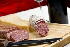 Salame, queso y vino Foto de archivo