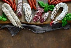 Salami auf einem rustikalen Brett Lizenzfreie Stockfotos