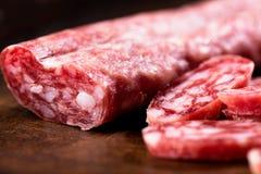 Salami auf hölzernem Hintergrund lizenzfreie stockbilder