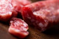 Salami auf hölzernem Hintergrund lizenzfreie stockfotografie