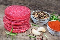 Salami avec des épices sur le fond en bois rustique Image libre de droits