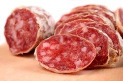 Salami coupé en tranches Image stock