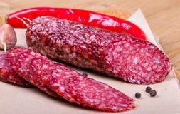 Salami coupé en tranches avec le piment Image libre de droits