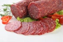 Salami coupé en tranches d'isolement avec le piment Image libre de droits