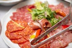 Salami coupé en tranches du plat image libre de droits