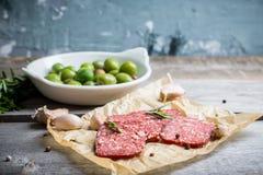 Salami délicieux avec des olives, des épices et le romarin Images stock