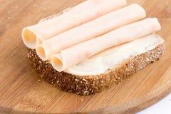 Salami de blancs de poulet sur le chrono- pain Photos stock